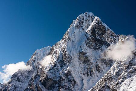 Vista del picco di montagna di Cholatse dal villaggio di Dzongla in una mattina, catena montuosa dell'Himalaya nel percorso di trekking del campo base dell'Everest, Nepal, Asia