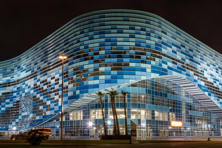 deportes olimpicos: Sochi, el Parque Olímpico. El palacio de los deportes de invierno Iceberg en la noche.