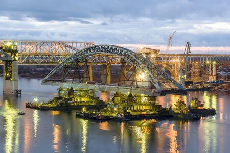 Nizhny Novgorod. Installatie van de tweede overspanning van Borsky brug over de Wolga. Oktober 2015 Stockfoto