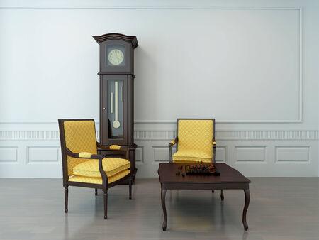 reloj de pendulo: Interior de la vendimia de una sala de estar vacía con dos sillas en voladizo, un reloj de péndulo y un tablero de ajedrez en una mesa de café de madera Foto de archivo
