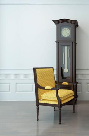 reloj de pendulo: Interior de la vendimia de un sal�n vac�o con una silla en voladizo y un reloj de p�ndulo Foto de archivo