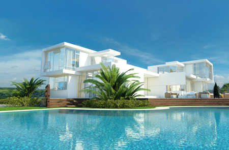Luxe moderne witte huis met hoekige muren en grote ramen met uitzicht op een tropische tuin met palmbomen en golvende blauwe zwembad Stockfoto
