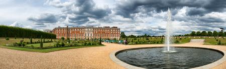 privy: Hampton Court Palace and pond at Privy Gardens near London