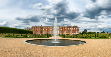 privy: Hampton Court Palace and fountain at Privy Gardens near London