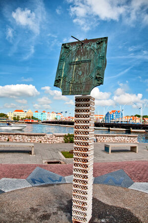 RELOJ DE SOL: Reloj de sol en el muelle hist�rico Otrobanda en Willemstad, Cura�ao, Caribe Editorial