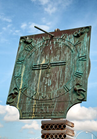 reloj de sol: Reloj de sol en el muelle hist�rico Otrobanda en Willemstad, Cura�ao, Caribe Foto de archivo