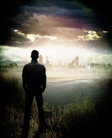 persona de pie: Un hombre que domina la ciudad desde la distancia