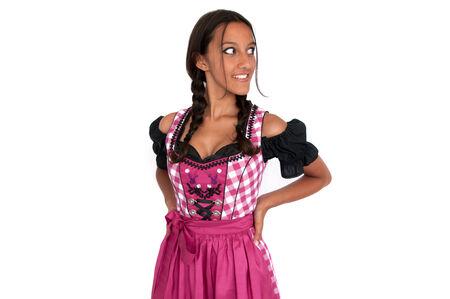 mani sui fianchi: Felice giovane donna vestita in dirndl con le braccia sui fianchi