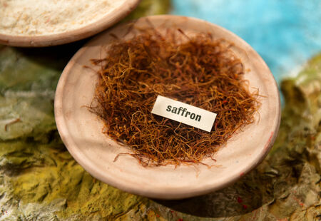 carotenoid: Taz�n del azafr�n especia costosa hecha de los estigmas secos de la flor Crocus sativus, opini�n de alto �ngulo en el mercado