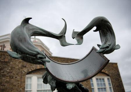 reloj de sol: Delf�n del reloj de sol Bajo cielos nublados en Greenwich Royal Observatory, Inglaterra Editorial