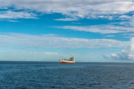 fischerei: Angeln Fahrzeug Segeln bei Attraktive Blau Wasser Meer auf den Seychellen Inseln. Mit Meer Horizon View eingefangen.