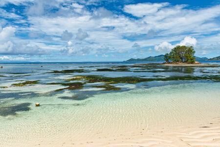 emphasising: Paradise View di Anse Union in un clima tropicale, Sottolineando Clear Lagoon Water a La Digue Island, Seychelles Archivio Fotografico