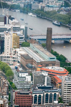 emphasising: Varie strutture architettoniche di Londra catturato in Veduta aerea. Sottolineando Edifici commerciali e Ponte Crossing Tamigi.