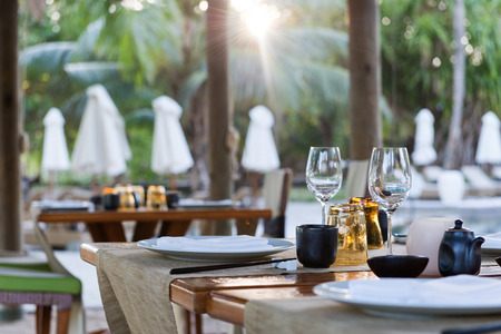 Close Up of Table Place Settings at Outdoor Poolside Asian Restaurant Banque d'images