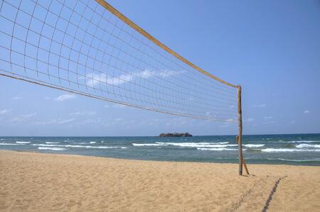 pelota de voleibol: Red de voleibol en la playa vac�a Foto de archivo