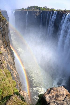 zimbabwe: Doble arco iris colorido en las Cataratas Victoria en Zimbabwe, África
