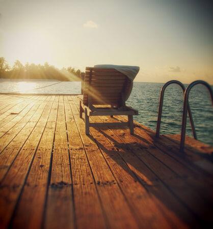 silla: Silla de playa en el atardecer en Maldivas Foto de archivo