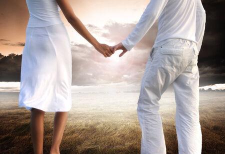manos agarrando: Secci�n baja de la pareja la mano