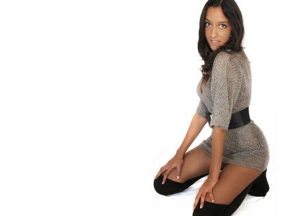 mujer arrodillada: Mujer posando para la cámara