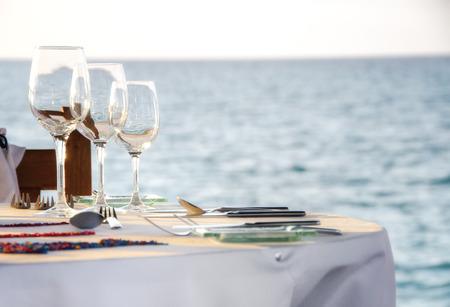 用餐桌子在海边