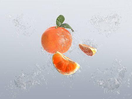 segmento: Segmento de mandarina sano y frutas enteras con hojas con burbujas de agua y el efecto splash sobre un fondo gris graduado Foto de archivo