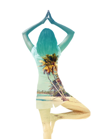 nakładki: Artystyczny podwójny obraz ekspozycji Kobieta jogi równoważenia stoi na jednej nodze z rękami podniesionymi w medytacji pokrył z wizerunkiem spokojnej słonecznej plaży tropikalnych z palmy wyizolowanych na białym tle