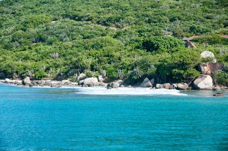 clima tropical: Idílico Vista natural con paisaje verde y turquesa del mar en un Clima Tropical Ubicado en la isla de Tortola en el Caribe