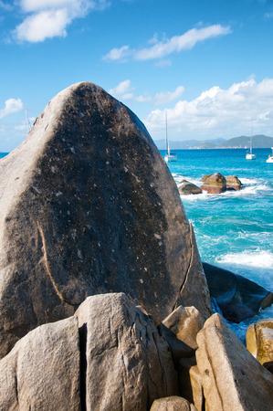 clima tropical: Las rocas de granito en el hermoso Ba�os Bajo Luz Azul Cielo en Virgen Gorda Island con un clima tropical