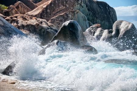 clima tropical: Un mont�n de cantos rodados del granito de la Mar Bella de Virgen Gorda isla en el Caribe, capturado en un clima tropical. Foto de archivo