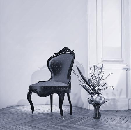 muebles antiguos: Adornado antiguo tallado silla de madera con un arreglo de flores frescas en un florero en el piso de parquet de madera en una habitación con paneles clásica