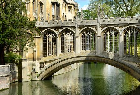 Elegante arquitectura del puente histórico de los Suspiros arco sobre el río Cam en Cambridge perteneciente a St Johns