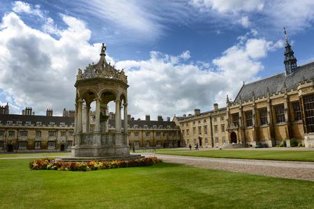 De fontein in de Great Court, Trinity College, Cambridge University, Cambridge, UK in verzorgde groene gazons in het centrum van de binnenplaats