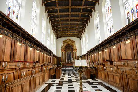 aguila real: Interior del Trinity College Chapel Mirando Hacia Baldaquino del altar con Golden Eagle Atril en primer plano y puestos al lado de la Universidad de Cambridge, Inglaterra