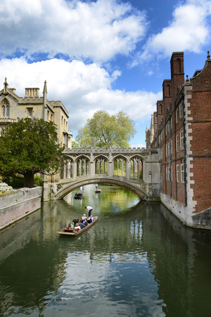 punting: People punting on the Cam River, Cambridge, England passing under the Bridge of Sighs spanning the River between the Courts of St Johns University College