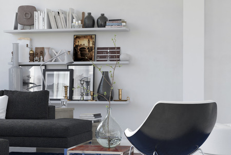 room accents: Angolo accogliente personale in un interno salotto con una poltrona moderno, comodo divano e ricordi su mensole a muro. Rendering 3D.
