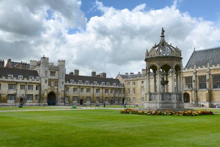 Great Court, Trinity College, Cambridge University, Cambridge UK, met zijn historische fontein in het centrum van de binnenplaats in een aangelegde tuin