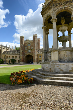 university fountain: View past the fountain of the Great Gate in the Great Court, Trinity College, Cambridge University, Cambridge, UK