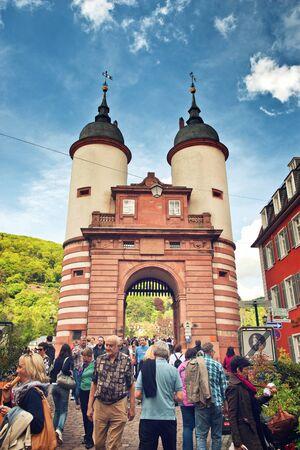 atracci�n: Los turistas se agolparon alrededor Old Gate Bridge, una popular atracci�n tur�stica en Heidelberg, Baden-Wurttemberg, Alemania