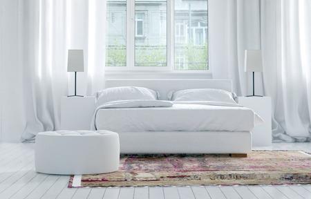 Luxe monochromatische witte slaapkamer interieur met elegante lange gordijnen op grote ramen en een tweepersoonsbed met kasten en lampen op een oosters tapijt op een witte parketvloer. 3D-rendering. Stockfoto