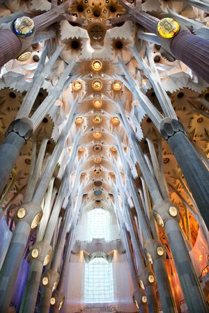familia cristiana: BARCELONA, ESPAÑA - 02 de mayo: El interior de la Sagrada Familia, un sitio catedral y patrimonio mundial, diseñado por el arquitecto catalán Antoni Gaudí. 02 de mayo de 2015 en Barcelona España