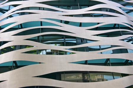 그라시아, 바르셀로나, 스페인에 위치한 도요 이토에 의해 설계된 상업용 건물 외관의 건축 세부 사항