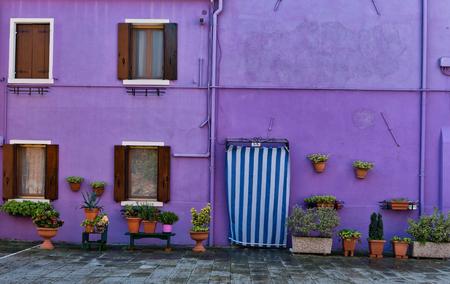 Fachada: Fachada de la casa colorida en Burano (cerca de Venecia), Italia