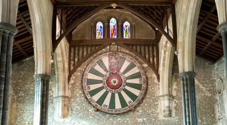 mago merlin: Amplia vista de los caballeros de la mesa redonda Escudo en la pared de piedra bajo vigas de madera en el castillo de Winchester en el Reino Unido