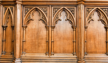 Cierre de elegante artesanía de madera de arcos y columnas en la iglesia muro tallado Foto de archivo