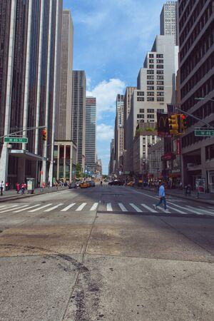 Mirar hacia abajo la calle vacía de la Cruz Paseo de la Quinta Avenida en el soleado día en Manhattan, Nueva York, Nueva York, EE.UU.