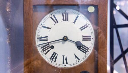 numeros romanos: Antig�edades terminan reloj con n�meros romanos en su cara interior vitrina en el museo