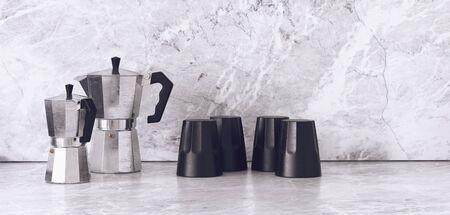 黒とクロームの組み合わせは、茶壺と滑らかな御影石大理石の表面のマグカップを終了します。3 d レンダリング。