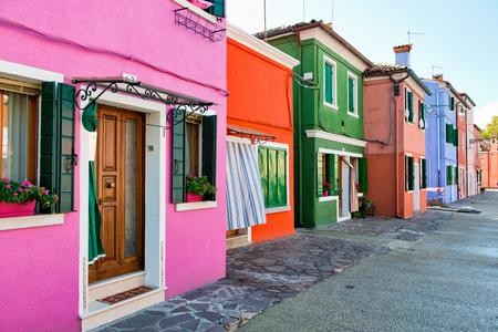 case colorate: Strada scena nel famoso Burano, con le sue case colorate facciate vicino a Venezia, Italia