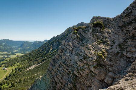 topografia: acantilado rocoso cerca de los Alpes que muestran los estratos de datos geológicos bajo el cielo azul con copia espacio
