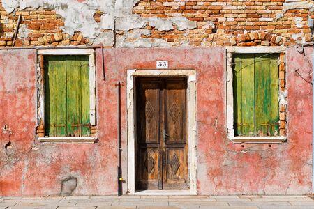 colorido: Fachada de la casa colorida en Burano (cerca de Venecia), Italia